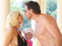 Tori Spelling го покажа стомачето во секси бикини :)