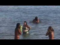 Обземени од страста имале секс во море и тоа пред публика:)))