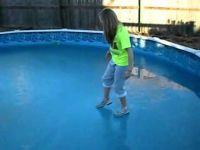 Плавуша се шетка на заледен базен… сите знаеме што следува:-)