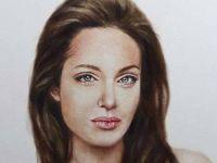 Портрет кој ќе ве наежи: Погледнете ја Анџелина Џоли без гради!
