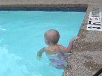 Малата Елизабет само што прооде, а погледнете како го препливува базенот!