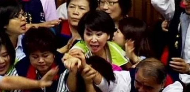 Тепачка во Тајванскиот парламент:-)