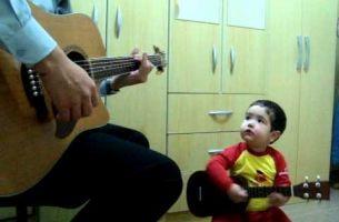 """Звездата е родена: Двегодишно момче пее """"Don't Let Me Down"""" – и тоа како!"""