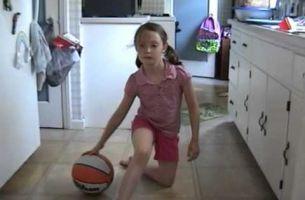Неверојатно: Погледнете како ова 8 годишно девојче се справува со топката! (Видео)