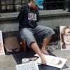 Уметник без раце и нозе создава портрети