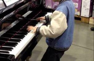 Погледнете го перформансот на малото момче кое ги воодушеви минувачите (Видео)