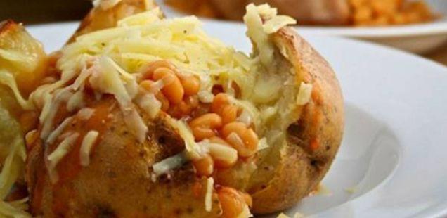 Печен компир со сос од кашкавал