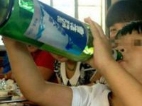 Запознајте го најмладиот алкохоличар: Има само две години, а може да испие едно шише пиво за само една минута! (Видео)