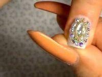 Нежен маникир со блескави кристали