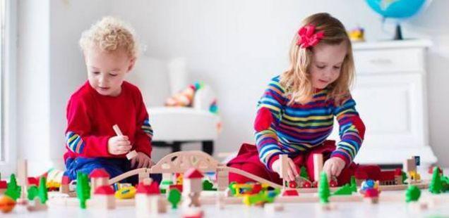 Како да го научите детето самостојно да си игра?