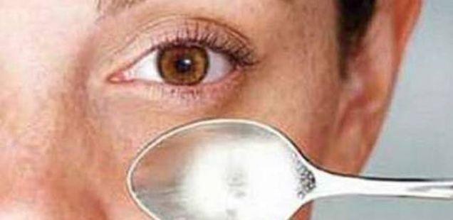 Отстранување на темните кругови и торбичките под очите со краставица и лажица