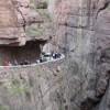 Вака изгледа најопасниот пат на светот (Видео)