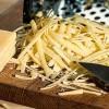 Генијален трик – како да се ис чисти рендата за сирење за само 5 секунди