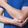 Зошто чувствуваме струење и болка кога ќе удриме со лактот во нешто?