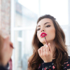 Брзи и корисни совети за убавина: 5 трикови со кои ќе ви трае подолго омилениот кармин