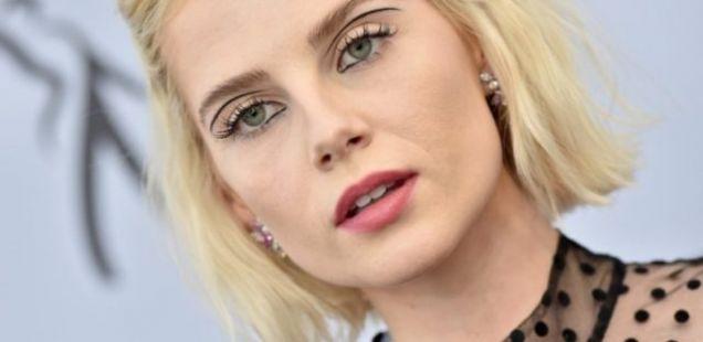 Lucy Boynton го најави враќањето на Twiggy make-up!