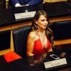 СЕ ОБЛЕКЛА КАКО ЗА ВО НОЌЕН КЛУБ, ПА ОТИШЛА НА СЕДНИЦА: Оваа гувернерка е шампионка на модните избори!