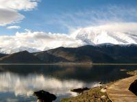 По ова езеро во Таџикистан многумина се обиделе да пловат, но толку е солено што е неподвижно