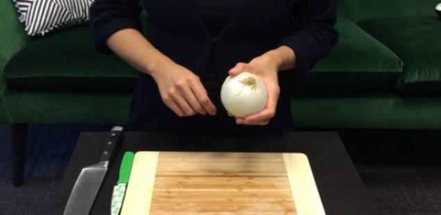 Како да исечете кромид без да пуштите солза? Овој трик ќе ви помогне!
