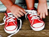 Благодарение на овој генијален трик, мајката го научила својот син како да ги врзува врвките!