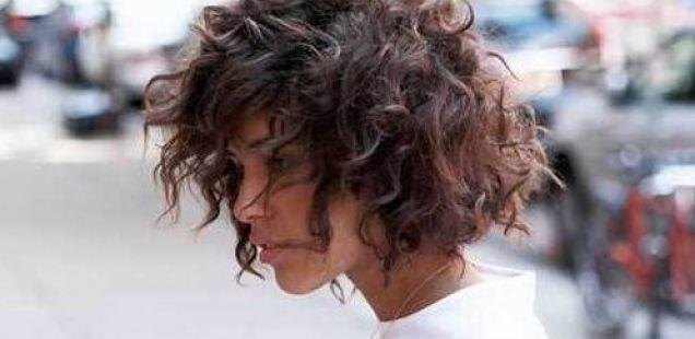Храбра шик фризура за жени со природно кадрава коса