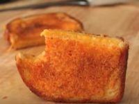 По ова видео никогаш нема да направите сендвичи со сирење на истиот начин!