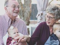 Дали е во ред бабите да ги чуваат вашите деца потполно бесплатно, или треба да плаќате за тоа?