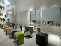 НЕСЕКОЈДНЕВЕН МЕБЕЛ ЗА МОДЕРЕН СТАН: огледала, маси и ормари со стаклени елементи