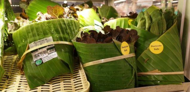 Додека ние се давиме во пластика, овие маркети ги пакуваат производите во листови, наместо во кеси: Резултатот е прекрасен