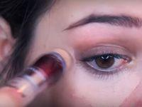 Ставила црвен кармин околу очите, а кога ќе го видите резултатот, веднаш ќе го сторите истото!