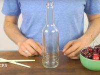 Генијално: Стави цреша на отворот од шишето. Кога ќе видите зошто, ќе го сторите истото!