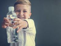 Децата кои не испиваат по едно шише вода дневно, можат да внесат додатни 100 калории