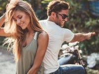 10 знаци дека те гледа само како другарка