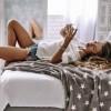 Разгорете му ја фантазијата: 10 секси пораки на кои нема да може да им одолее
