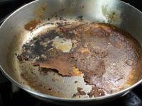 5 начини за чистење на изгорена тава